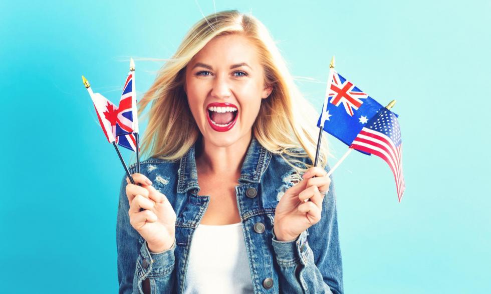 Frau mit Flaggen unterschiedlicher englischsprachiger Länder