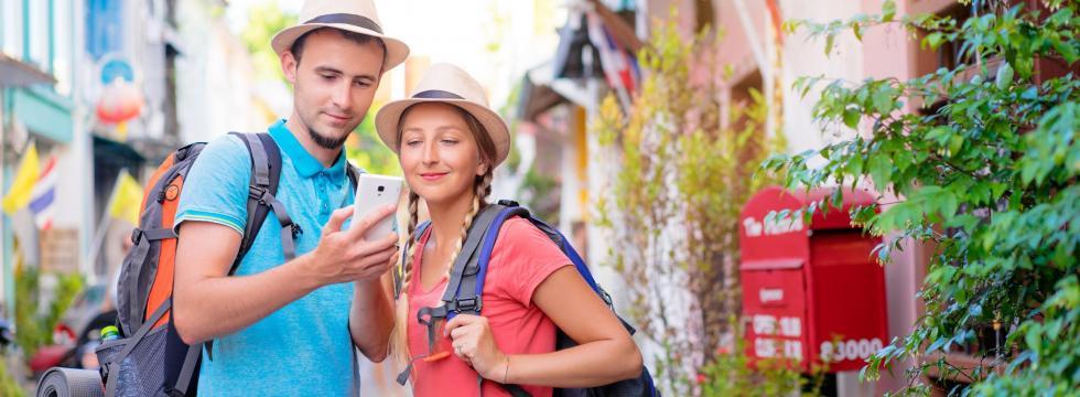 Reisende schauen auf die PONS Bildwörterbuch-App