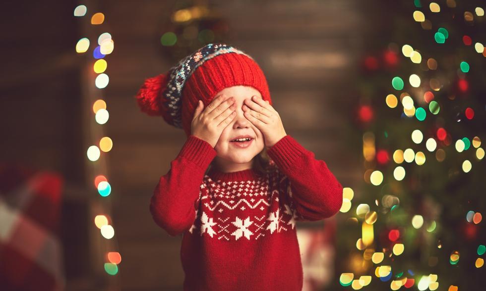 Weihnachten-auf-Englisch-Kind-und-Weihnachtsbaum