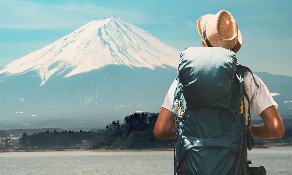 Reisender schaut auf einen Berg