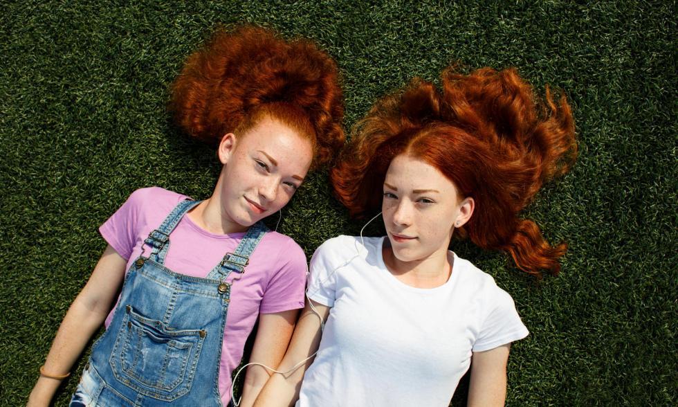 rothaarige-zwillinge-dasselbe-dasgleiche-mädchen