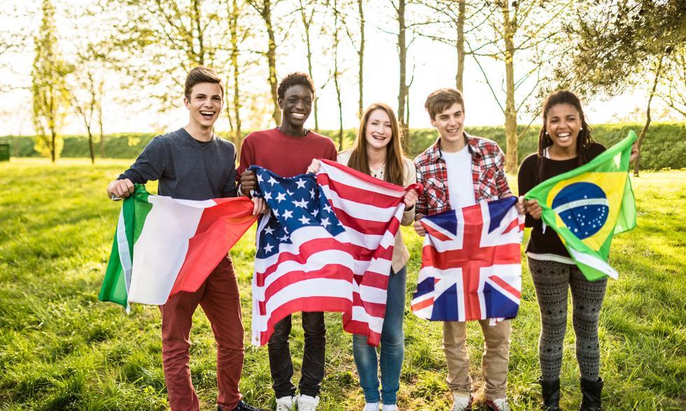 Jugendliche halten Flaggen verschiedener Nationalitäten
