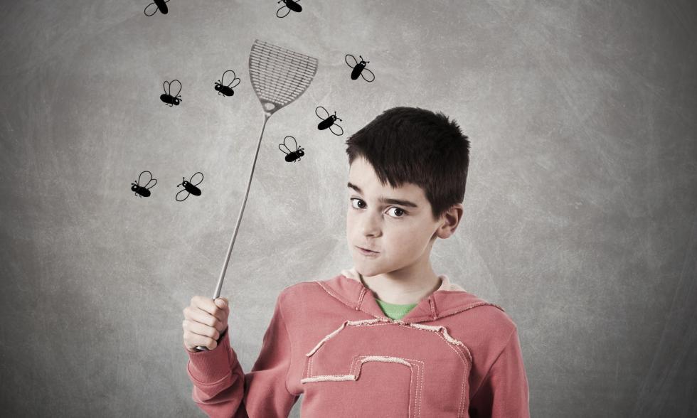 junge-mit-fliegenklatsche-zwei-fliegen