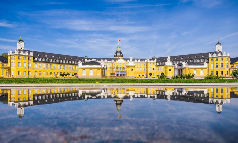Badisches Landesmuseum mit Spiegelreflexion im Wasser der Gartenfontäne