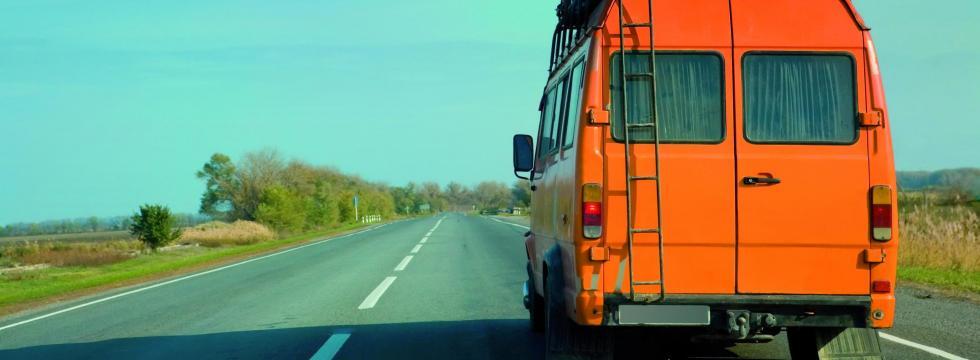 grammatik-to-go-gepackter-bus-auf-straße