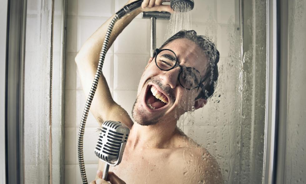 Lautprinzip-Mann-unter-der-Dusche-singt