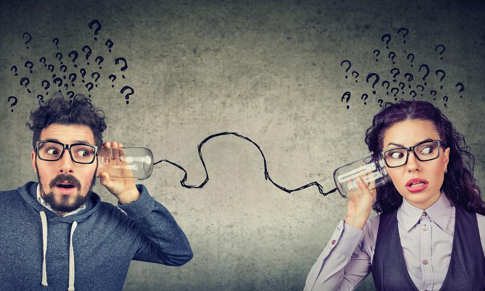 Zwei Personen halten sich ein verbundenes Dosentelefon an das Ohr vor grauem Hintergrund