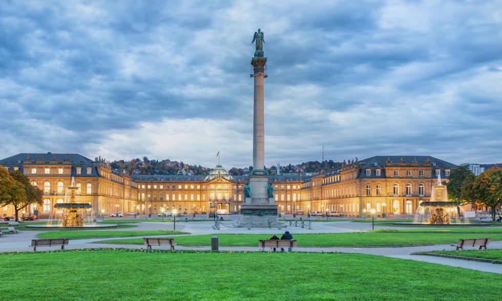 Der Stuttgarter Schlossplatz bei Abend