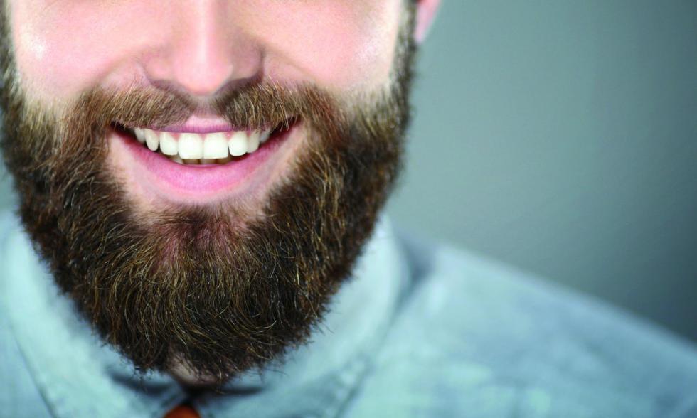 Lächeln eines Mannes mit Bart