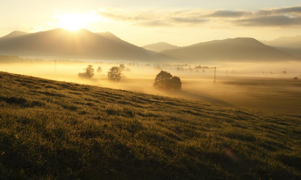 Landschaft mit Bergen bei Morgendämmerung