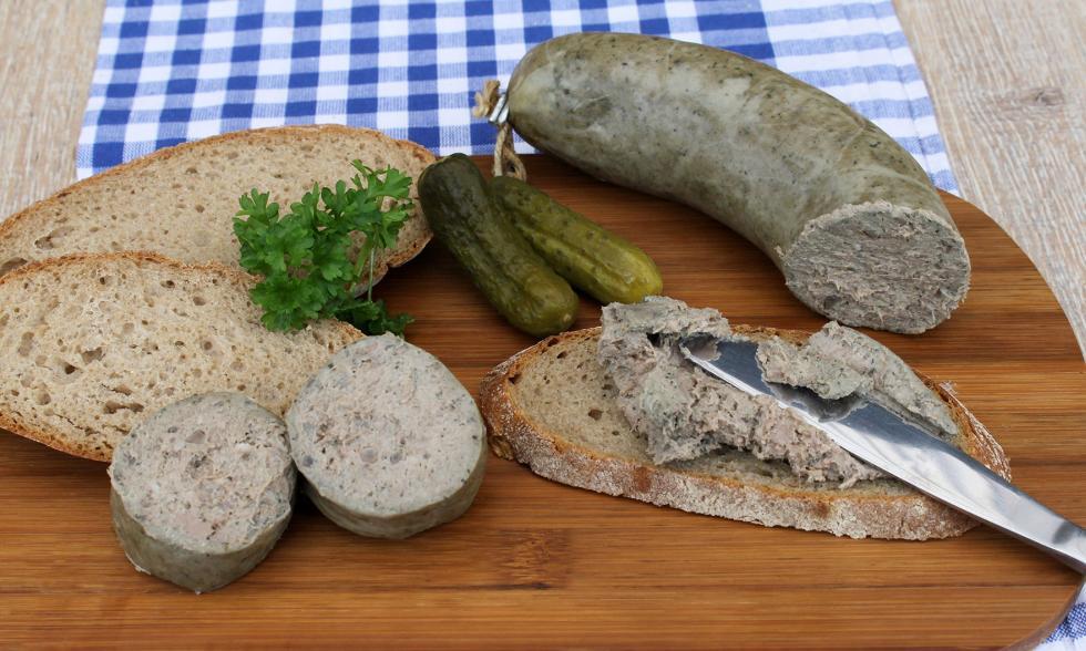 Bayrisches Weißwurstfrühstück mit Leberwurst auf einem Brett